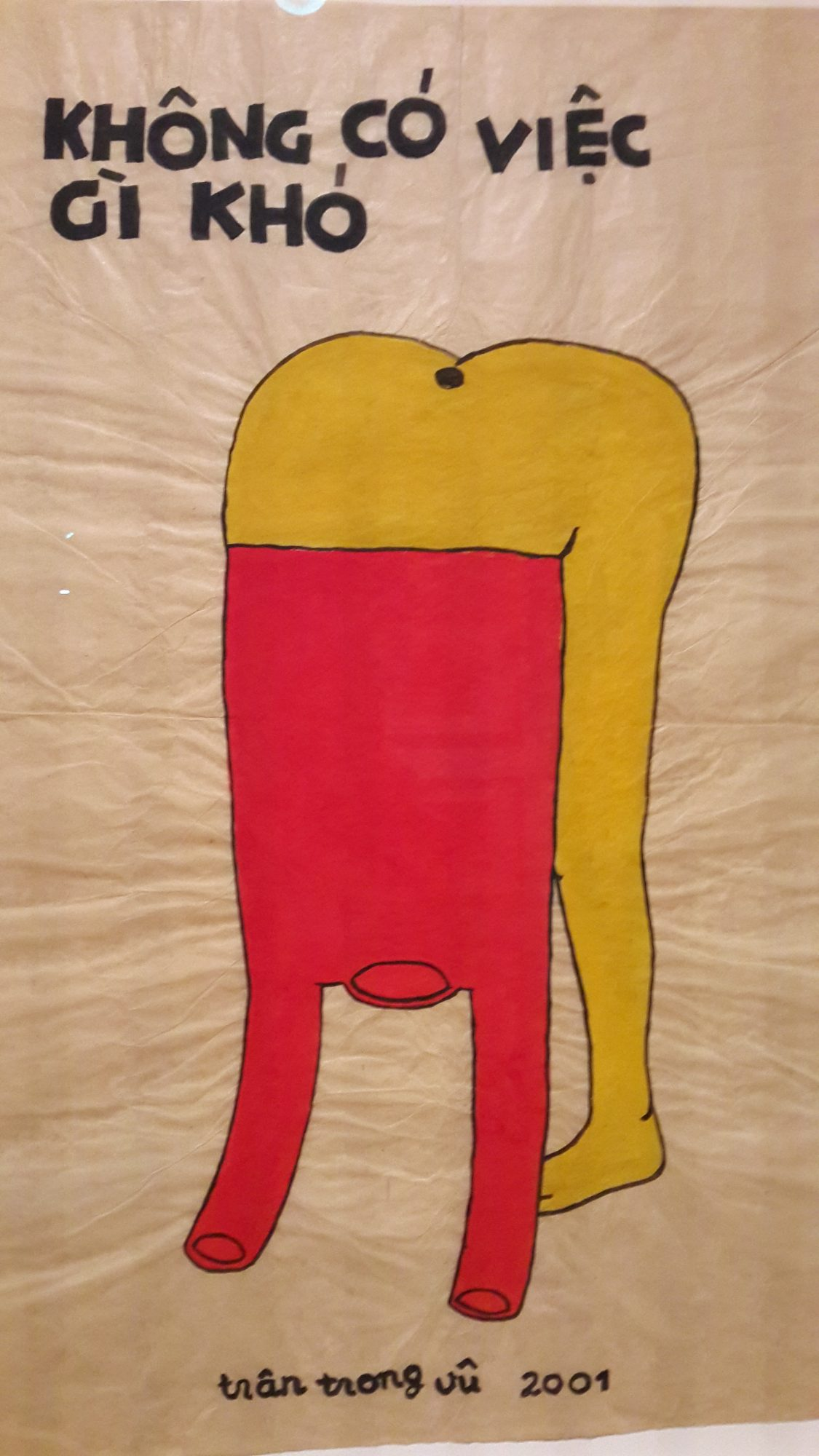 C'est une œuvre de l'artiste Vietnamien TRAN TRONG VU né en 1964 au Viêtnam. Il a été peint en 2001 peintures acryliques sur du papier. Offert en cadeau au muséum d'art moderne de Singapour par YEAP LAM YANG et porte le n° 2006-01829. Ce tableau représente une critique à l'égard de l'optimisme communiste au Viêtnam. Ce tableau traduit le slogan de HO CHI MINH en haut du dessin qui signifie rien n'est difficile, le tableau illustre une personne qui se bat pour enfiler un T-shirt rouge, presque perdu dans l'énorme taille de ce dernier. Mr VU installé en France depuis 1989, fait partie de nouvelle génération des artistes vietnamiens, il porte un œil critique sur l'histoire de son pays le Viêtnam.